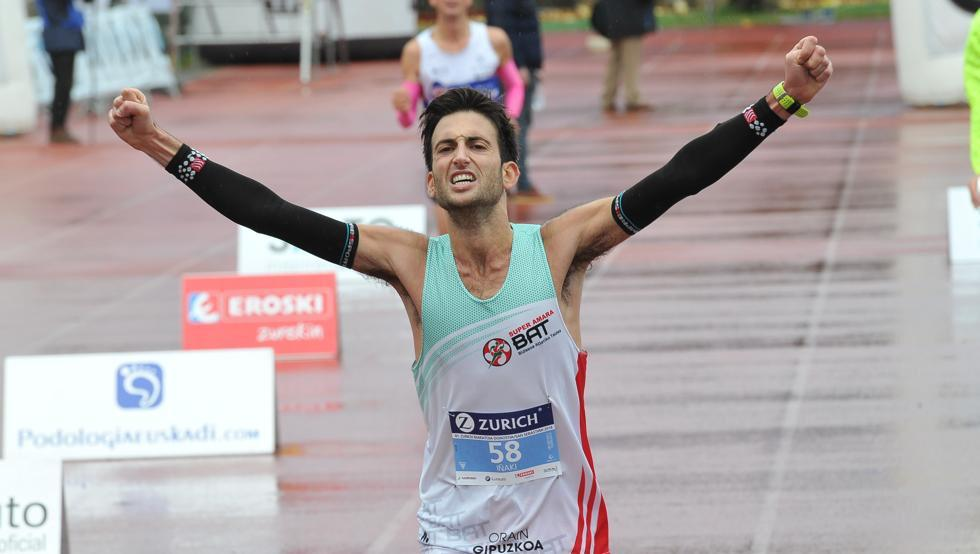 Brazos en señal de victoria en Maratón